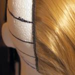 główka styropianowa podstawowa z zaznaczonymi sekcjami, separacjami i umocowanym pasmem włosów P5 /na 5 klipsów/ - P.P.H.U. SUZI
