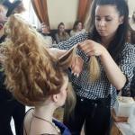 Uczennica układa fryzurę konkursową